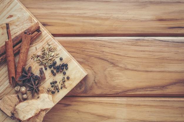 Viele chinesische medikamente, die auf einem hellbraunen holzboden zusammengestellt sind. Kostenlose Fotos