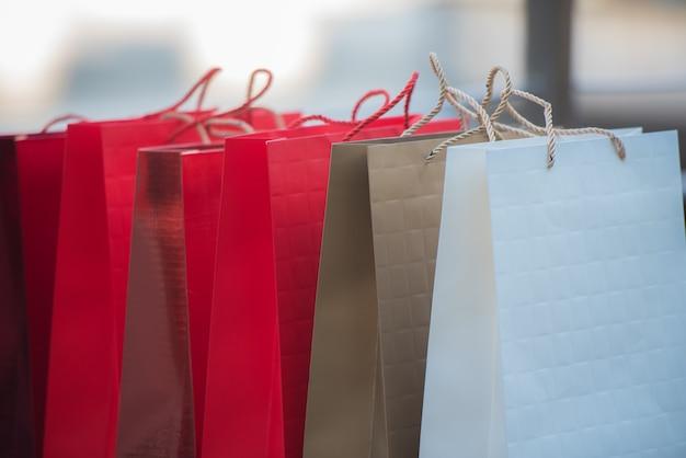 Viele einkaufstüten liegen zusammen auf dem boden. Premium Fotos