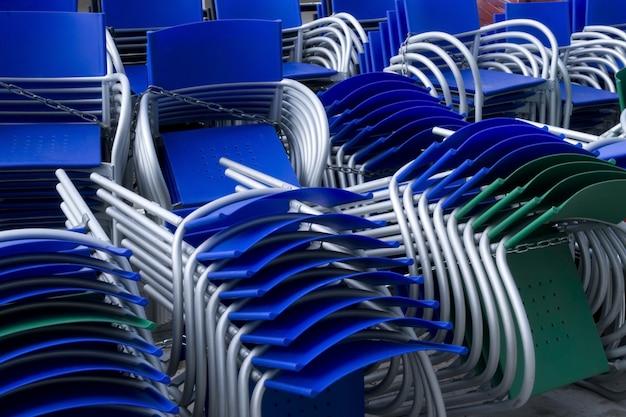 Viele farbigen gestapelten stühle im freien Premium Fotos