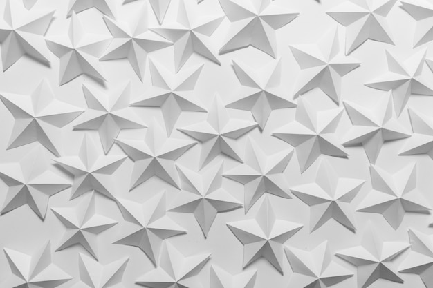 Viele gefaltete papiersterne auf weißem hintergrund Premium Fotos