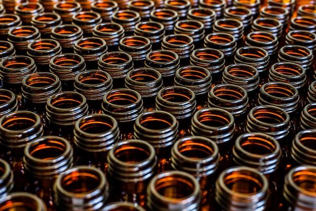 Viele gläser für leere medikamente in einer reihe sortiert Premium Fotos