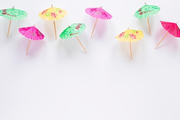 Viele helle cocktailregenschirme auf tabelle Kostenlose Fotos