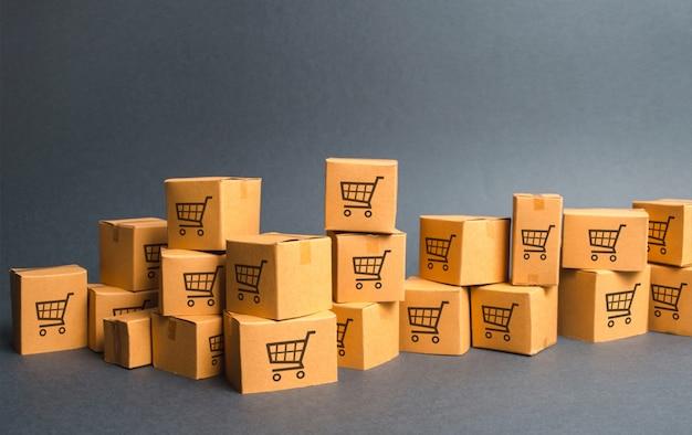Viele kartons mit zeichnung von einkaufswagen. produkte, waren Premium Fotos