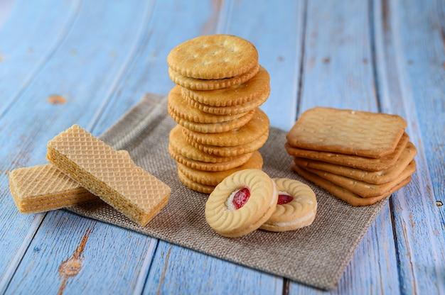 Viele kekse werden auf den stoff gelegt und dann auf einen holztisch gelegt. Kostenlose Fotos