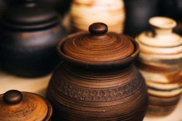 Viele keramikgeschirr auf der messe. nationale russische lehmgerichte. gebrannte schwarze keramik. verbrannte tontöpfe und teller, geschirr Premium Fotos