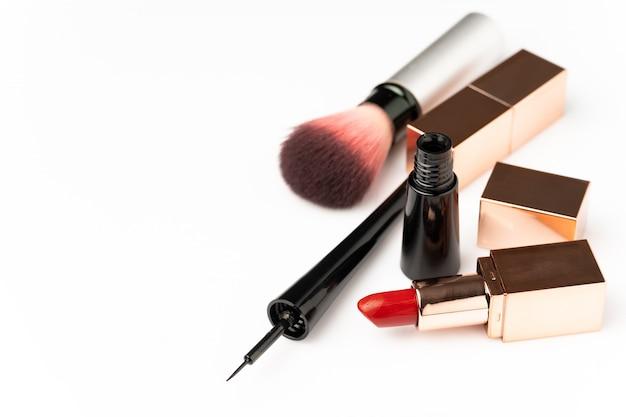 Viele kosmetik für make-up und schönheit von frauen auf weißem hintergrund. Premium Fotos
