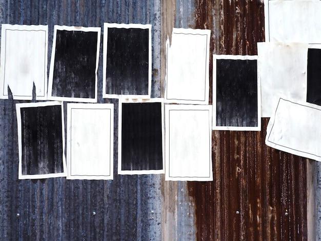 Viele leeren alten werbungsposter auf rostiger wellblechzinkwand Premium Fotos