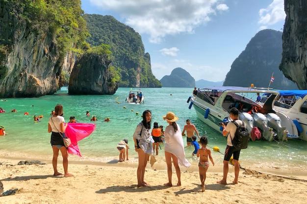 Viele leute und schnellboote verankerten an der insel in krabi Premium Fotos