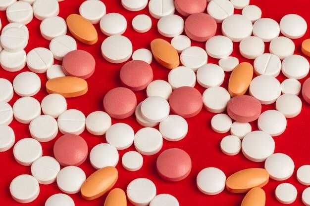 Viele medizinpillen schließen oben auf rot Premium Fotos