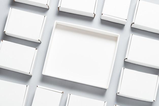 Viele quadratische kartonschachteln auf grauem hintergrund Premium Fotos