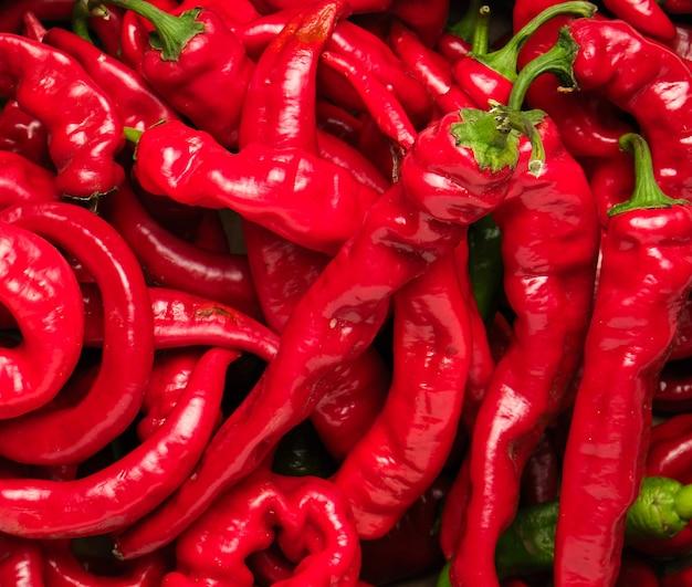 Viele rote ganze früchte von paprika, bildfüllend Premium Fotos