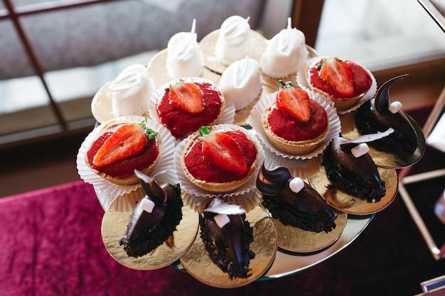 Viele schöne und leckere süßigkeiten auf dem tisch Kostenlose Fotos