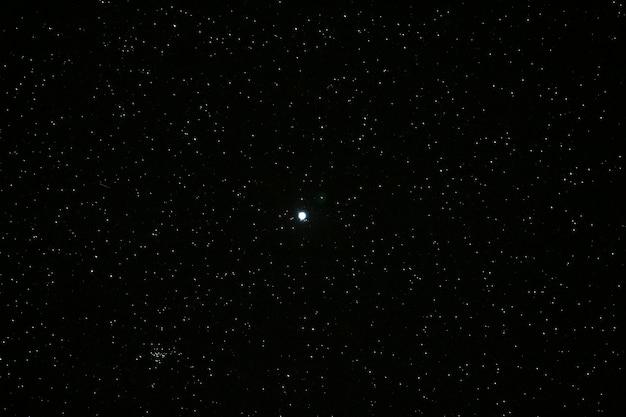 Viele sterne über dem nachthimmel und dem mond Premium Fotos