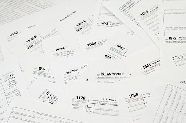 Viele steuerformular-leerzeichen liegen hautnah auf dem tisch. steuerzahler papierkram routine und bürokratie konzept Premium Fotos