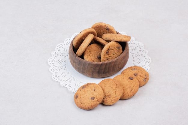 Viele süße kekse auf holzteller Kostenlose Fotos