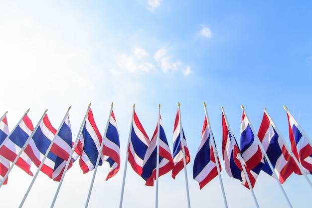Viele thailändische flagge auf der spitze der stange Premium Fotos