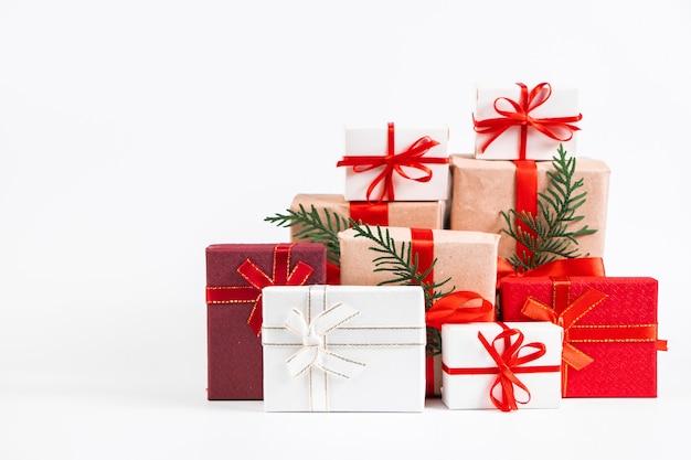 Viele verschiedene geschenke auf einem weißen hintergrund. weihnachtskonzept. Premium Fotos