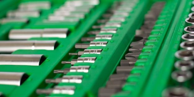 Viele verschiedene werkzeuge in der grünen box Premium Fotos