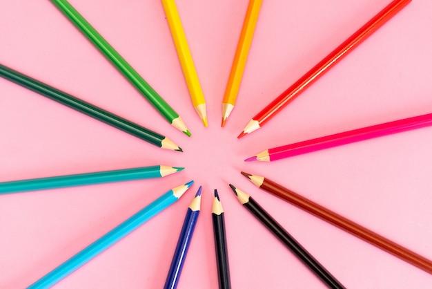 Viele verschiedenen buntstifte auf weißem hintergrund Premium Fotos