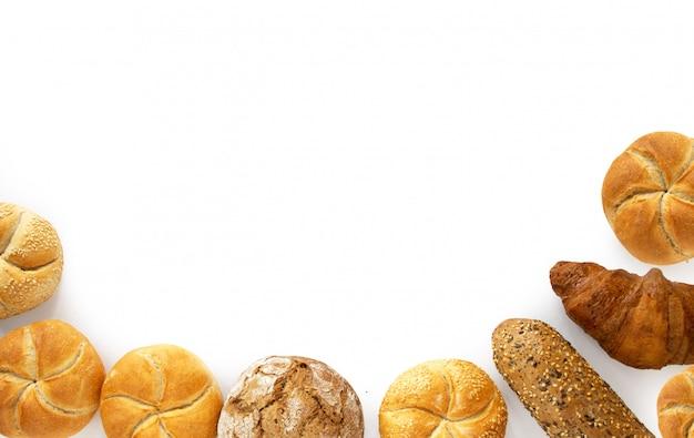 Vielzahl für frühstücksbrotprodukte von der bäckerei, draufsicht lokalisiert auf weißem hintergrund Premium Fotos