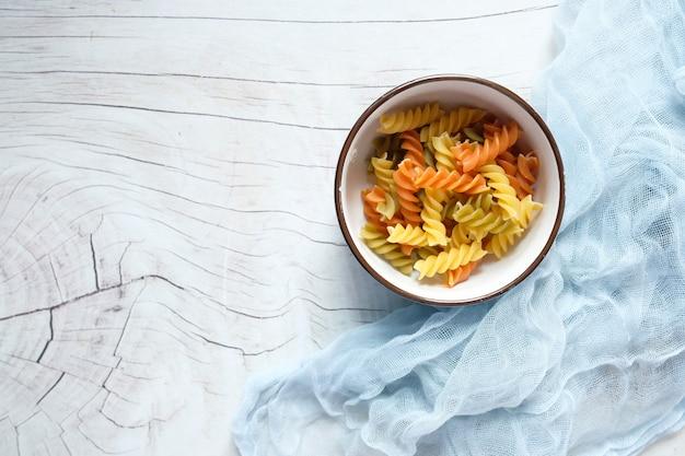 Vielzahl von arten und formen von trockenen italienischen nudeln in einer schüssel. Premium Fotos