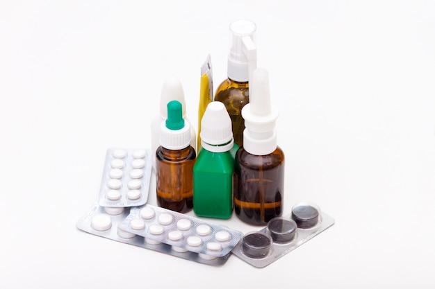 Vielzahl von drogen und von pillen auf weißem hintergrund. medikamentenliste konzept. Premium Fotos