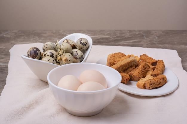 Vielzahl von eiern in einer tasse auf grauer oberfläche Kostenlose Fotos