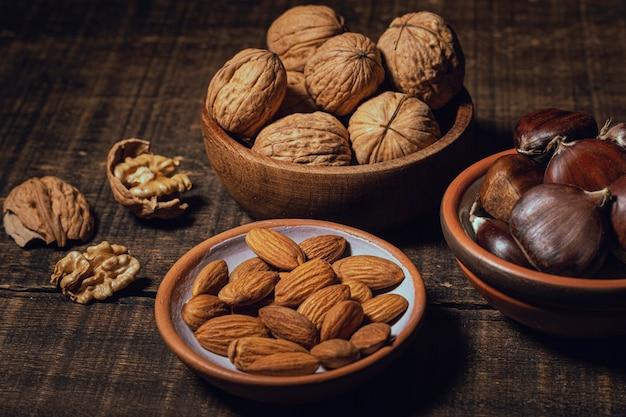 Vielzahl von gesunden snacks in schalen Kostenlose Fotos
