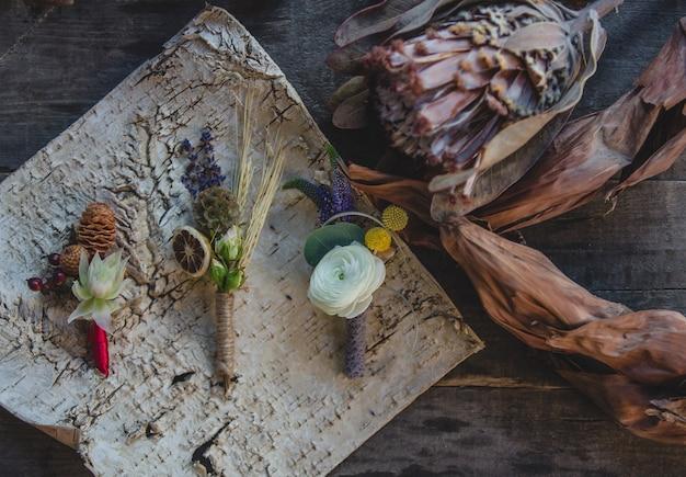 Vielzahl von jackenstiften bereitete sich mit trockenen früchten und symbolischen saisonblumen auf dem tisch vor. Kostenlose Fotos