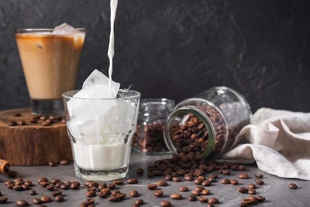 Vielzahl von kaffeegetränken mit eis Kostenlose Fotos