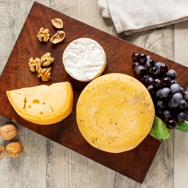 Vielzahl von leckeren käse auf einem tisch Kostenlose Fotos