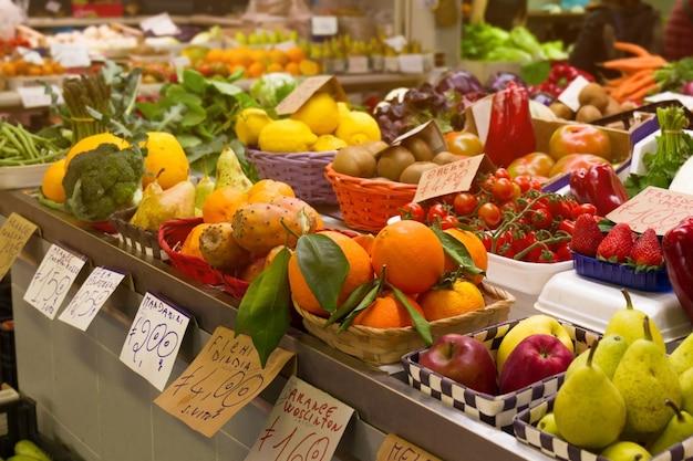 Vielzahl von leckeren natürlichen früchten und gemüse auf italienischen markt. horizontal. selektiver fokus Kostenlose Fotos