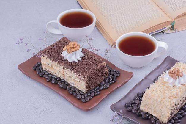 Vielzahl von medovic-kuchen mit zwei tassen tee Kostenlose Fotos