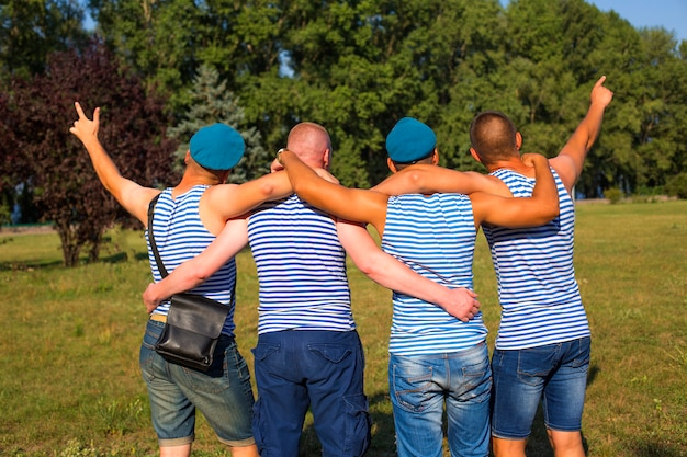 Vier freunde am tag der luftstreitkräfte in russland und der ukraine Premium Fotos