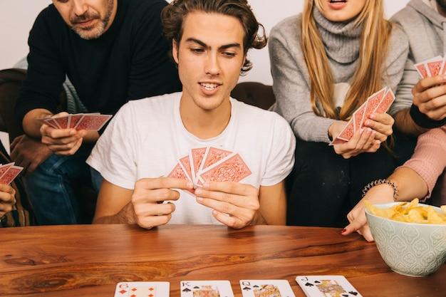 Vier freunde spielen karten spiel Kostenlose Fotos