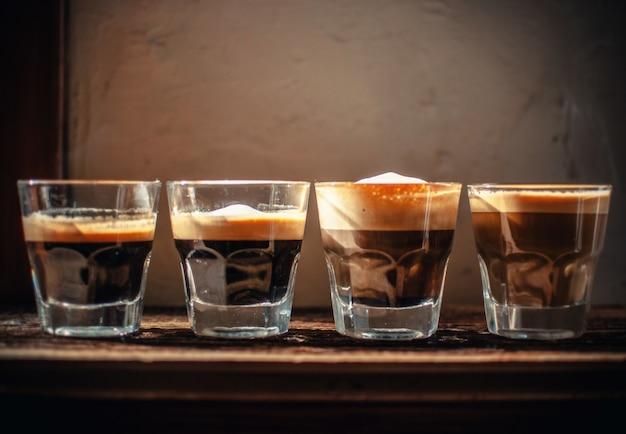 Vier gläser mit likör in einer linie Kostenlose Fotos