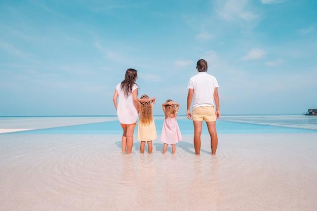 Vierköpfige familie am strandurlaub viel spaß Premium Fotos