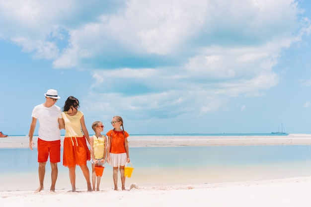 Vierköpfige familie an einem tropischen strand Premium Fotos