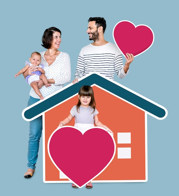 Vierköpfige familie in einem liebevollen zuhause Kostenlose Fotos
