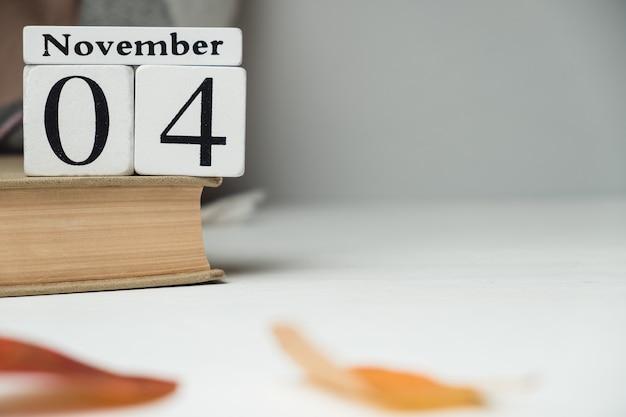Vierter tag des herbstmonatskalenders november mit kopierplatz. Premium Fotos