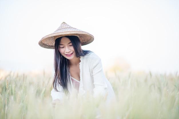 Vietnamesischer weiblicher landwirt weizenernte Kostenlose Fotos