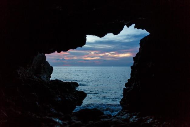 Viev von der balinesse höhle am ozeanstrand auf dunkelblauem himmel. Premium Fotos