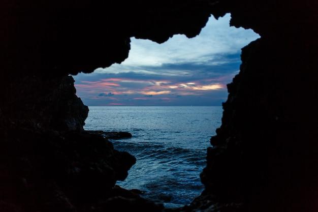 Viev von der balinesse höhle am ozeanstrand auf dunkelblauem himmel Premium Fotos