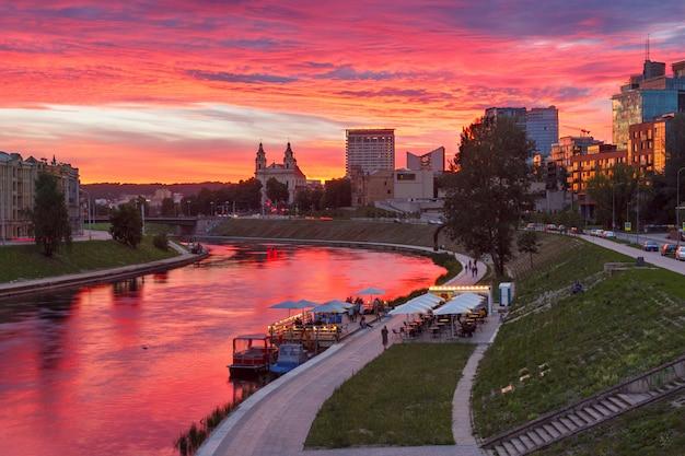 Vilnius bei sonnenuntergang, litauen, baltische staaten. Premium Fotos