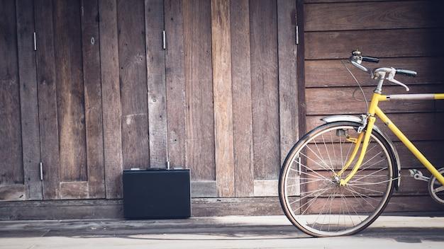 Vintage fahrrad holzwand. Premium Fotos