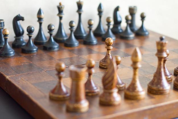 Vintage hölzerne schachfiguren Premium Fotos