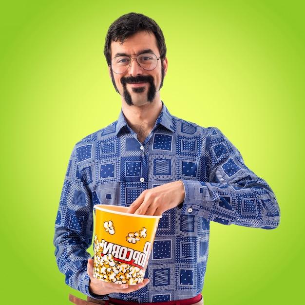 Vintage junger mann essen popcorn Kostenlose Fotos