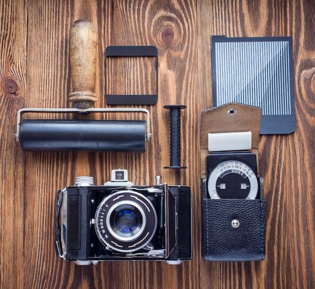 Vintage kamera, belichtungsmesser und andere insignien der filmfotografie. Premium Fotos