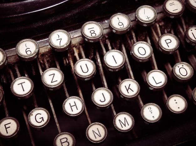 Vintage modische schreibmaschine. konzeptionelle veröffentlichung, blogging, autor oder schreiben von bildern. Premium Fotos