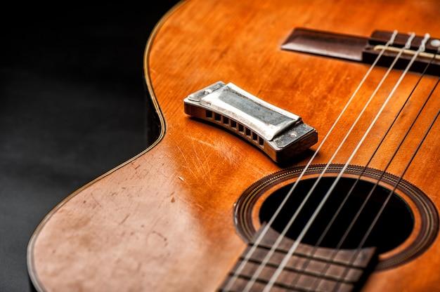 Vintage mundharmonika auf akustikgitarre Premium Fotos